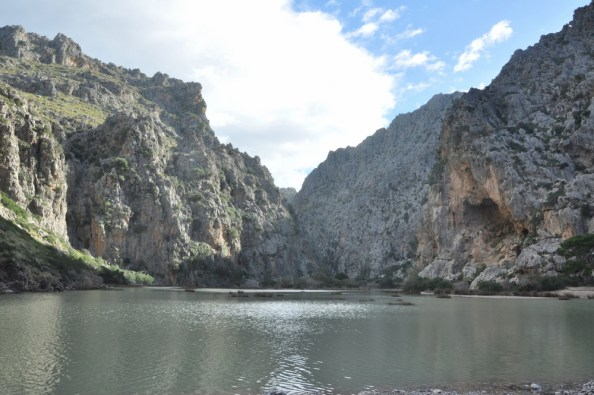 6-cio kilomerowy kanion kończy się tu w wodzie, a na przeciwko niego jest kawałek małej plaży pomiędzy skalnymi ścianami: