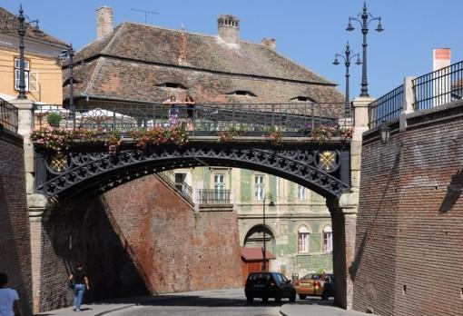 Most kłamców - pod nami się nie zawalił :) Zresztą Cauşescu z niego przemawiał do narodu, więc przekonanie, że most się zawali, gdy wejdzie na niego kłamca, to niezła lipa...