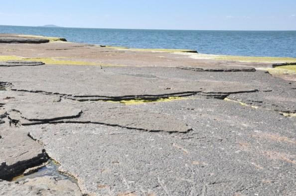 Charakterystyczne płyty nakładające się na siebie i wyłaniające z morza.