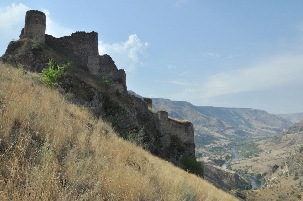 Wzniesiono ją na niedostępnym, stromym wzgórzu nad rzeką Mtkvari. Strzegła szlaku handlowego pomiędzy Gruzją i Azją Mniejszą.