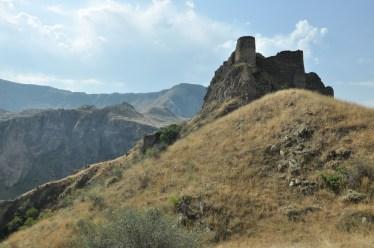 Tmogwi. Twierdza uchodziła za nie do zdobycia. VIII/IX w. Ulegala kilkakrotnie zniszczeniom na skutek trzęsień ziemi. Szybko jednak była odbudowywana.