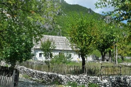 Domy w górskich wioskach zbudowane są z kamienia, najbardziej dostępnego tu materiału.