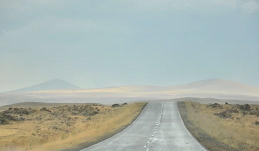 Góry Samsarskie, tzw. wulkaniczny skansen z megalitycznymi wioskami oraz najwyższym szczytem Małego Kaukazu, Didi Abudi (3300 m).