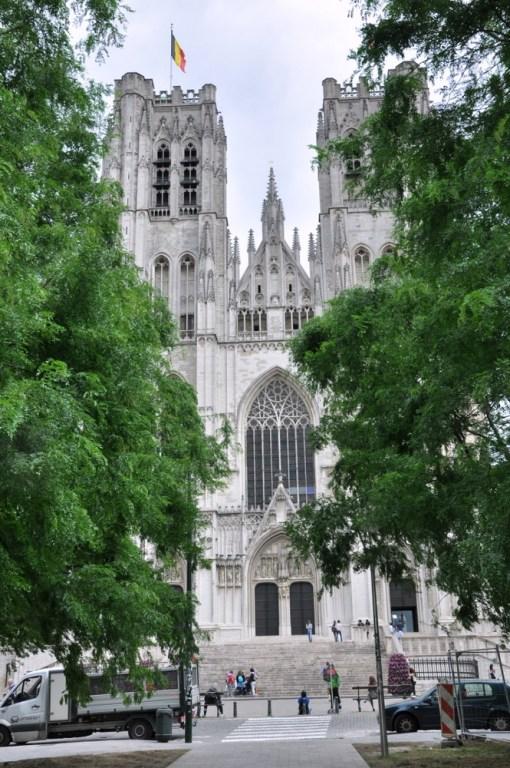 Manneken Pis siura też w stronę głównej katedry Świętego Michała i Świętej Guduli.