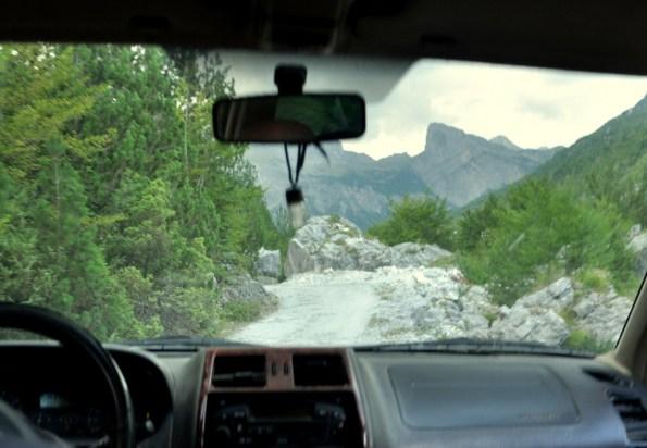 Droga z okolic Kaprre do Theth. Tylko terenówka wchodzi w grę.