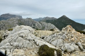 Jeszcze raz: Puig Major ze swoją chmurką, masyw Puig de Massanella i trójkątny Puig de l'Ofre.