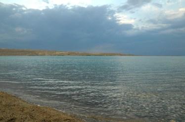 """O zachodzie słońca. """"Gorące Jezioro"""" - tak się tłumaczy z kirgiskiego nazwę Issyk Kul."""