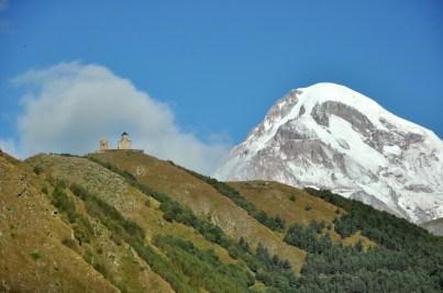 Oprócz Kazbeku nad miasteczkiem czuwa maleńki monastyr Cminda Sameba.