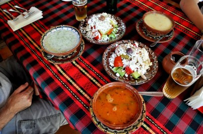 Wyżerka nr 1: tarator, dwie czorby (z kurczaka i fasolowa), dwie sałatki (szopska i chłopska) i niczego sobie bułgarskie piwo.