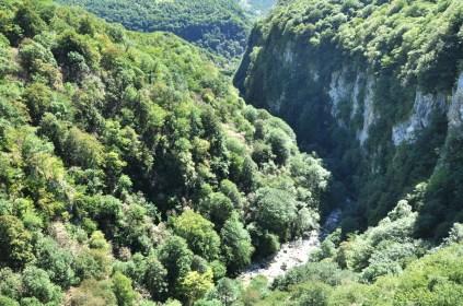 W necie piszą, że kanion ma do 100 metrów głębokości.