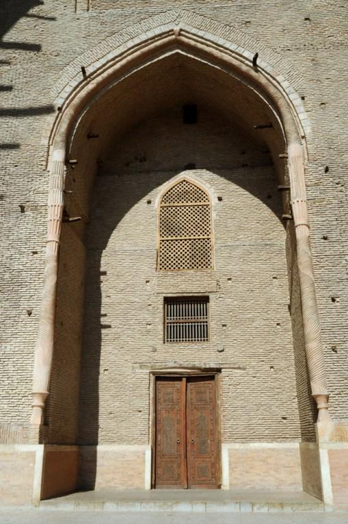 Wewnątrz mauzoleum znajduje się sporo sal modlitewnych, meczet, biblioteka, kuchnia. Zapewne miał to być ośrodek nauki. Nie można w środku robić zdjęć.