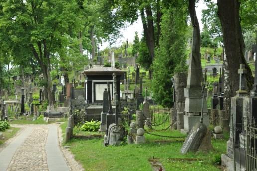 Cmentarz Na Rossie (Rasų kapinės) założony został w XVIII w. przez misjonarzy. Wielokrotnie dewastowany w czasach ZSRR. Dziś opiekuje się nim Związek Polaków na Litwie. Uznany jako polska nekropolia narodowa.