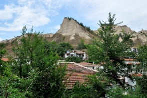 Miasteczko otoczone jest piaskowcowymi piramidami: Mełniszki Piramidi.