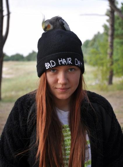 Papuga dopadła wszystkich, ale szczególnie upodobała sobie czapkę :).