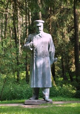 Teren parku otoczony jest kolczastymi drutami, z wieżami strażniczymi, a z głośników nadawane są pieśni wiadomej treści.
