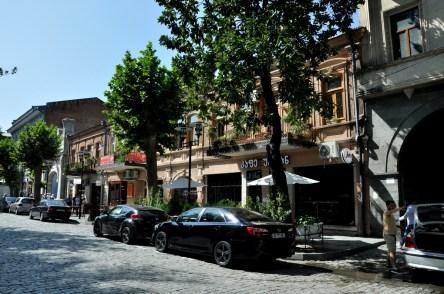 Kutaisi jest bardzo pomieszanym miastem. Ma fajne, stare, klimatyczne kamienice, ale często przeplecione charakterystycznymi budynkami i blokami w radzieckim stylu.
