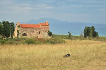 Kościółek św. Antoniego na łąkach przy plaży.