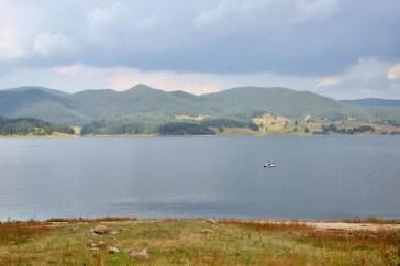 Rodopy. Jezioro Dospat. Jedno z najwyżej położonych jezior w Bułgarii (1200 mnpm.). Maksymalna szerokość - 16.6 km, maksymalna głębokość - 53m. Drugi największy zbiornik wodny pod względem objętości.