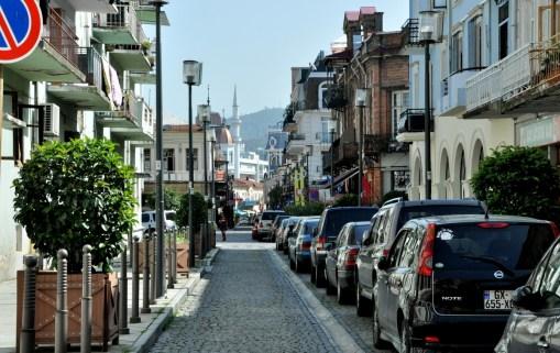 Stara część Batumi. Niskie kamieniczki, kolorowe balkoniki, sporo odnowionych uliczek.