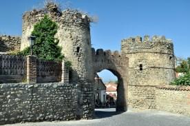 Jedna z bram i baszty w murze okalającym miasteczko.