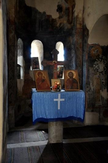 Wewnątrz pozostały resztki oryginalnych fresków.