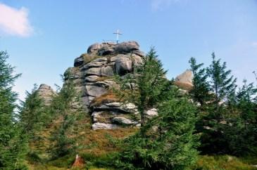 Jizera jest charakterystyczna: zalesiona góra, której szczyt stanowią dwie grupki skalne. Tu wyższa skała i szczyt Jizery 1122m.