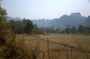Góry krasowe i pola ryżowe (już ścięte niestety) wokół Vang Vieng.