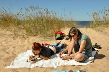 Niektóre kobiety nudzą się na plaży...