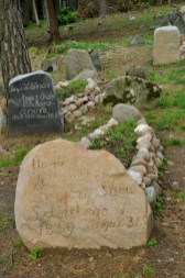 Mizar. Tradycyjne groby składają się z dwóch kamieni: większy przy głowie, mniejszy w nogach. Groby są orientowane na linii wschód-zachód, twarzą w kierunku Mekki. W dniu ostatecznym zmarli będą mogli udać się prosto przed siebie do świętego miasta.