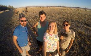Szybkie selfie z wielbłądami, póki nie uciekną!