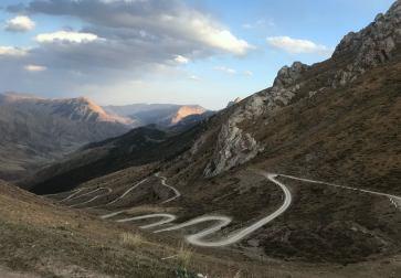33 zakręty zjazdu z przełęczy Teskiej Torpok, 3134 m, nazywanej potocznie przełęczą 33-ch papug.