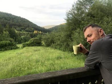 ... i kawa z widokiem na dolinę Ropki.
