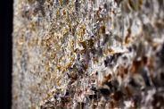 Vue rapprochée de la texture prononcée du tableau 'Makes Me Wonder' par Louis-Bernard St-Jean, lors de l'exposition solo Abstractions musicales à la Galerie Youn