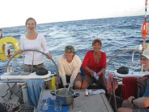 Hendrik spült das Geschirr vom Essen, Margrit spült die Joghurtbecher, damit sie im Müllsack nicht zu sehr an zu Stinken fangen. Den Plastikmüll konnten wir ja nicht über Bord werfen, weil er sonst 400 Jahre auf dem Ozean herumschwimmt.