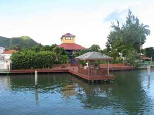 Am Ufer standen nette Ferienhäuser.