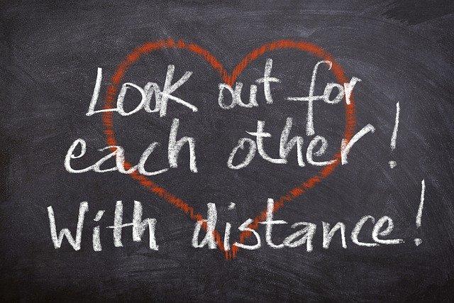 Op afstand bij elkaar