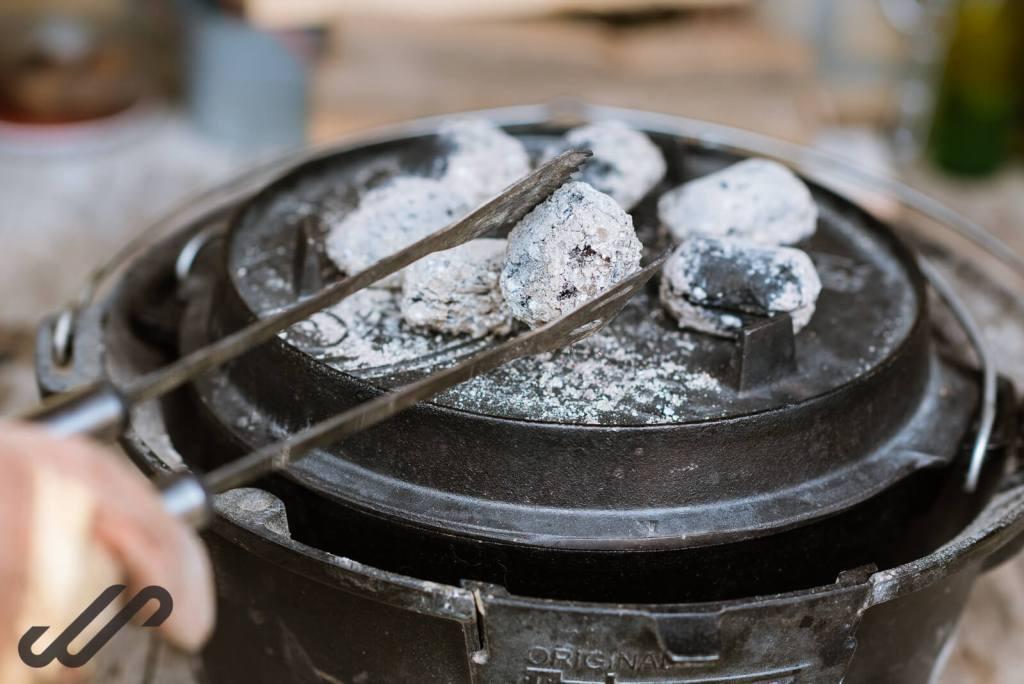 dutch oven met kolen
