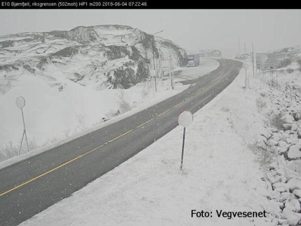 Hittegolf in Zuid-Noorwegen, maar in het hoge noorden arriveerde vandaag (4 juni) heel koude lucht. In Bjørnfell, op de grens van de provincies Troms en Nordland, viel vanochtend op circa 500 meter hoogte volop sneeuw (bron: Meteorologene).