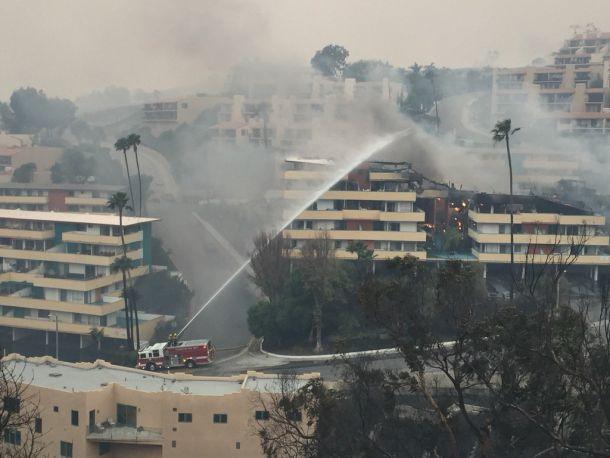 Doodeng: enorme 'Thomasfire' heeft de Californische stad Ventura (ruim 100.000 inwoners) bereikt, 5 december 2017 (bron: @KNXBaird).