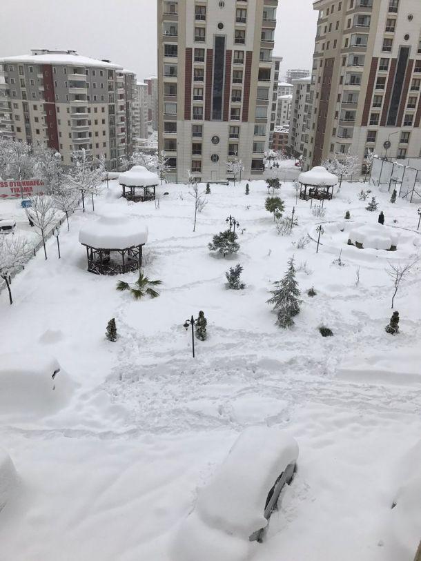 Tot meer dan een halve meter sneeuw in het Turkse Trabzon (bron: @berkaydemir61)