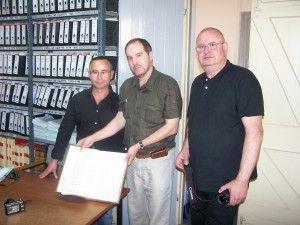 Fotografía de J. A. Ortega, Pablo Villarubia y Fernando Rodríguez en el archivo histórico de Gibraltar, siguiendo la pista del Mary Celeste