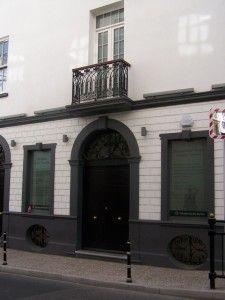 Fachada del edificio donde en el siglo XIX se ubicaba la Corte del Vicealmirantazgo en Gibraltar