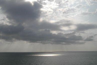 Foto con una imagen del cielo y el mar en blanco y negro