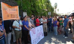 Concentración contra la violencia a la entrada del Instituto Sierra Luna de Los Barrios