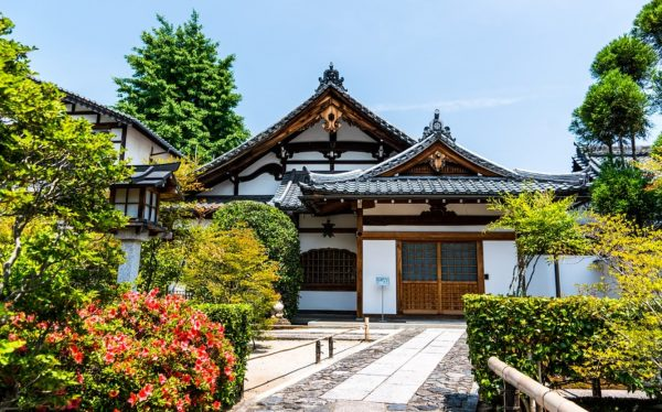 Have a trouble to decide where to visit? Choose Daikaku-ji temple (大覚寺), which attracts you in various ways!