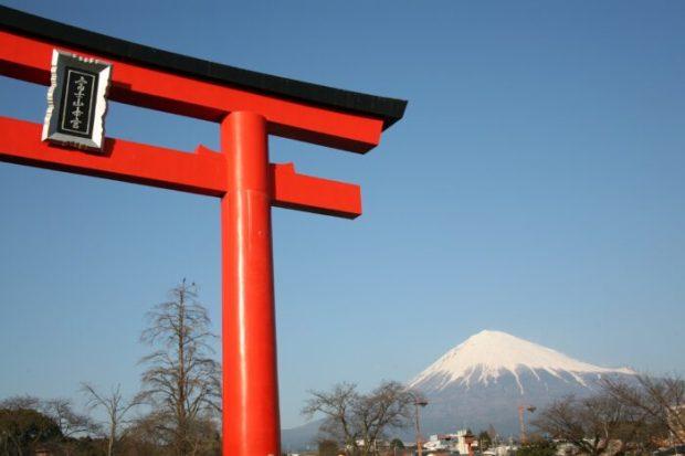 富士山本宮浅間大社 鳥居と富士山