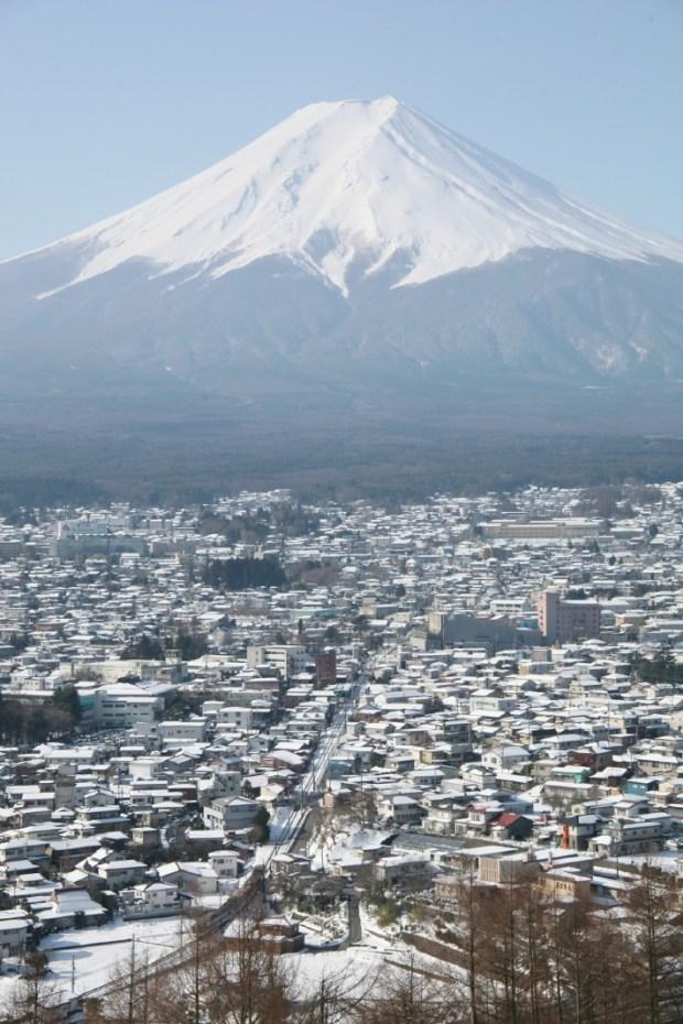 富士山と富士吉田の町並み