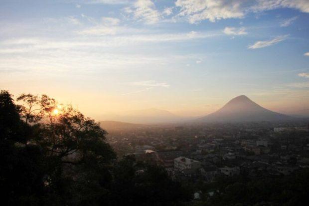 丸亀城から朝日を望む