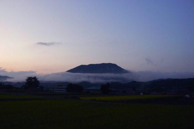 秋、雲がたなびく寒曳山