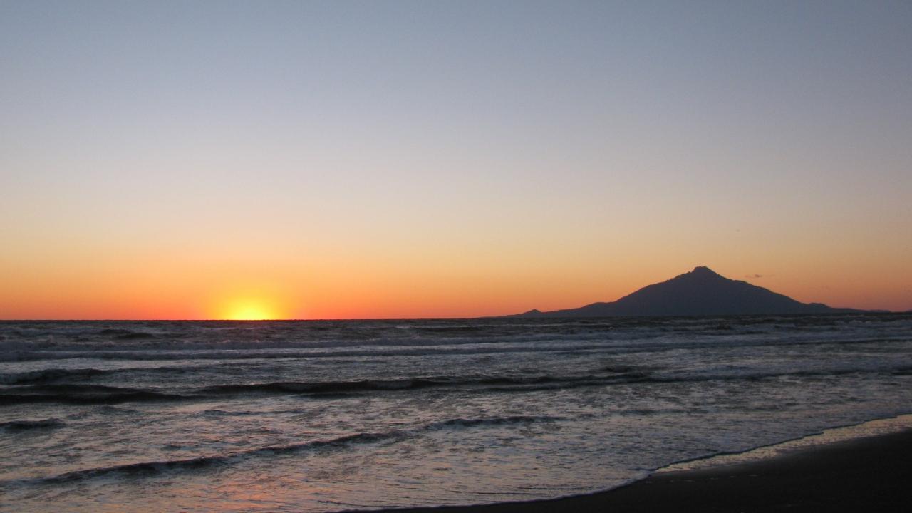 オロロンラインからの利尻富士と夕日。北海道の景色の旅